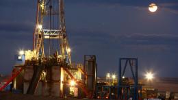 An oil drilling rig stands on the Bakken formation in Watford City, North Dakota. Photographer: Matthew Staver