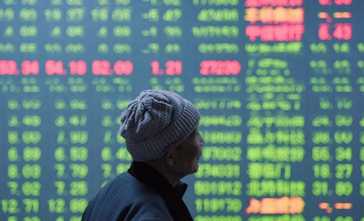An investor looks at a screen showing stock market movements at a securities firm in Hangzhou, in eastern China's Zhejiang province on January 11, 2016. China's benchmark Shanghai stock index closed down 5.33 percent on January 11, as investors continued to worry over the state of the world's second largest economy, dealers said.             AFP PHOTO   CHINA OUT / AFP / STR