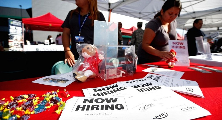 U.S. unemployment claims fall to 267,000