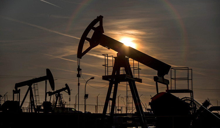 Oil Holds Advance Above $48 as Stockpiles Drop to Six-Month Low