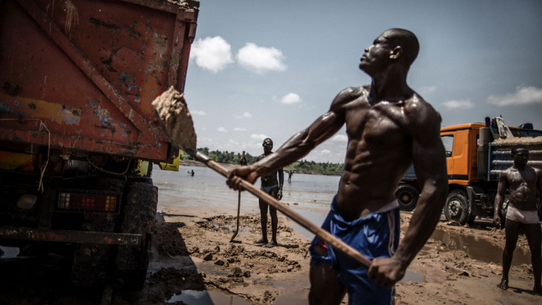 Sand diggers are seen loading trucks at a quarry on the banks of the Congo river in the Kombe district of Brazzaville on March 28, 2016. / AFP PHOTO / MARCO LONGARIMARCO LONGARI